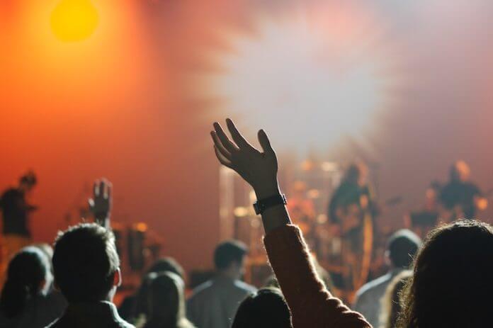4 Promis, die Rockmusik hören